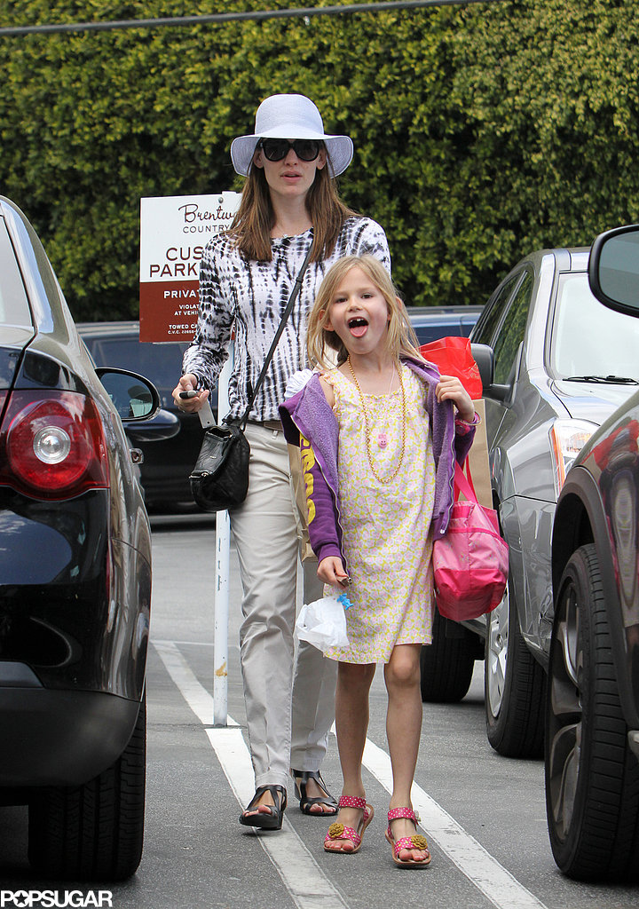 Jennifer Garner Stops to Shop With Violet