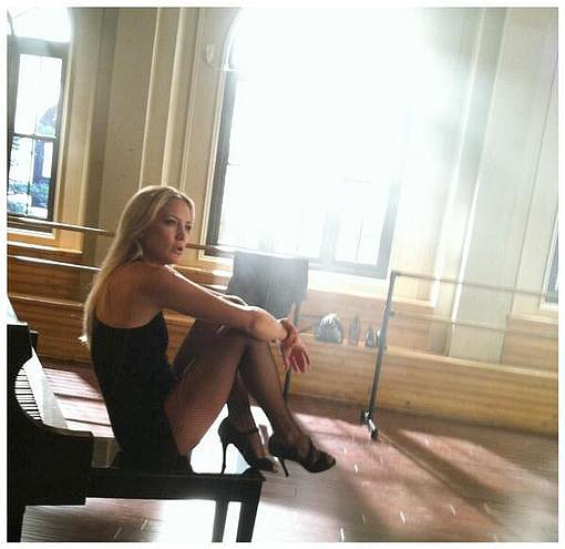 Kate Hudson was on the set of Glee and Ryan Murphy snapped a picture to prove it.  Source: Twitter user MrRPMurphy