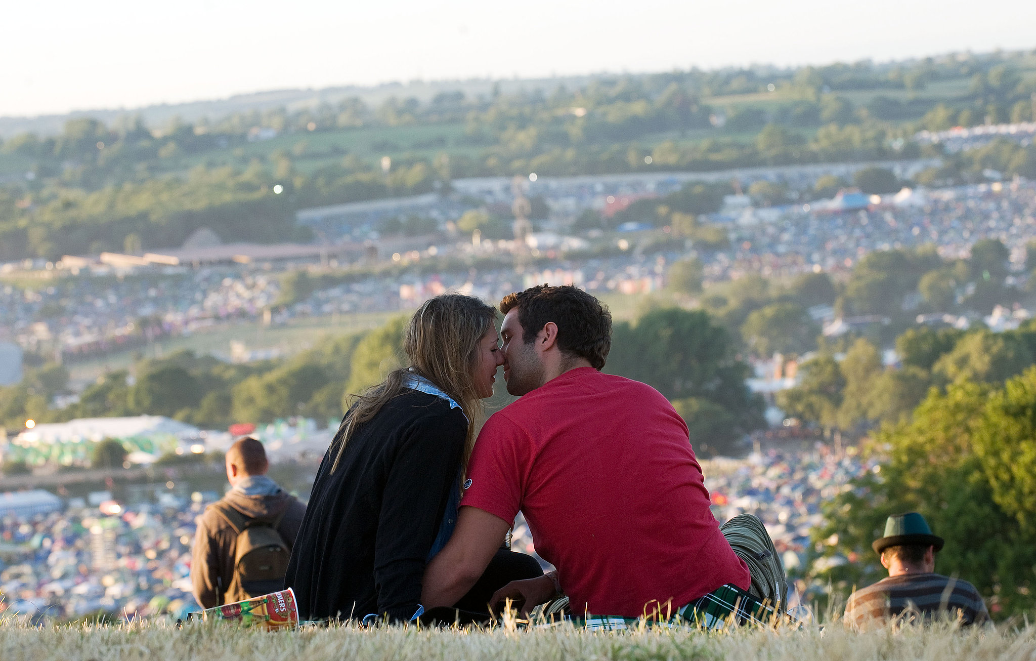 A twosome shared a romantic moment at the Glastonbury festival.