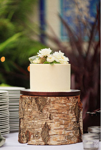 One-tiered cakes shouldn't be ruled out for your big day —this wedding proves that a classic cake can make an impact with a unique stand.   Photo by Priscila Valentina Photography via Green Wedding Shoes