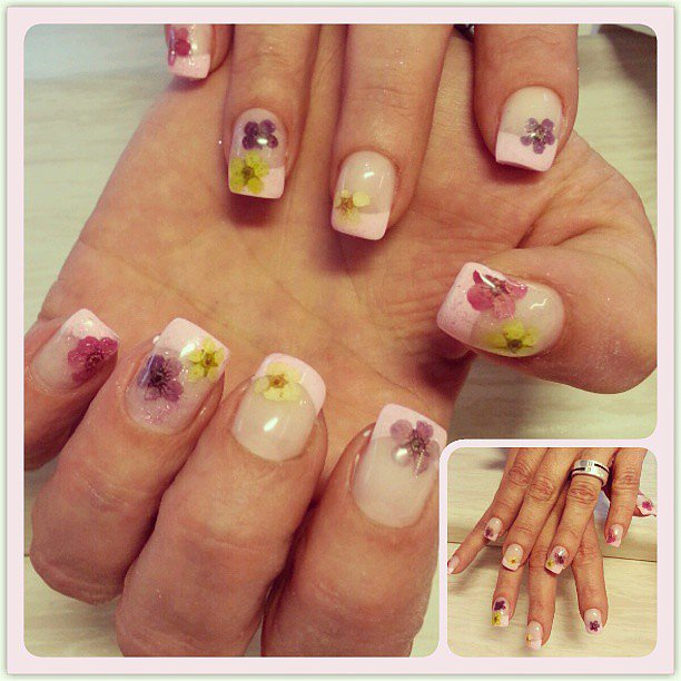 This pressed flower manicure is as gorgeous as it is creative. Source: Instagram user kianivie