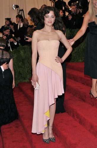 Marion Cotillard stuck to her go-to brand: Christian Dior. She picked a two-toned Dior Haute Couture asymmetrical gown with printed ankle-strap pumps from the label.