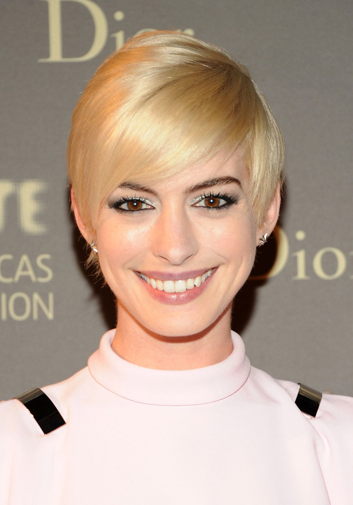 After Anne Hathaway bleached her hair for the Met Gala, we saw her later in the week with a smoothed-out crop that looked quite mod.
