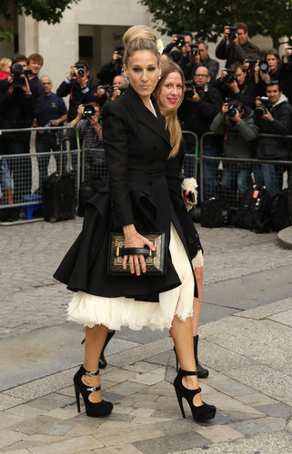 Donning a voluminous frothy confection under a sleek black trench, SJP celebrated the life of designer and friend Alexander McQueen in London.