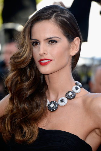 Model Izabel Goulart went for a retro glamour beauty look at the premiere of The Immigrant, wearing over-the-shoulder waves and red lipstick.
