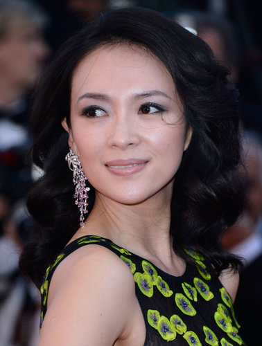 Zhang Ziyi let her hair down for the Zulu debut and paired the voluminous style with soft and feminine makeup.