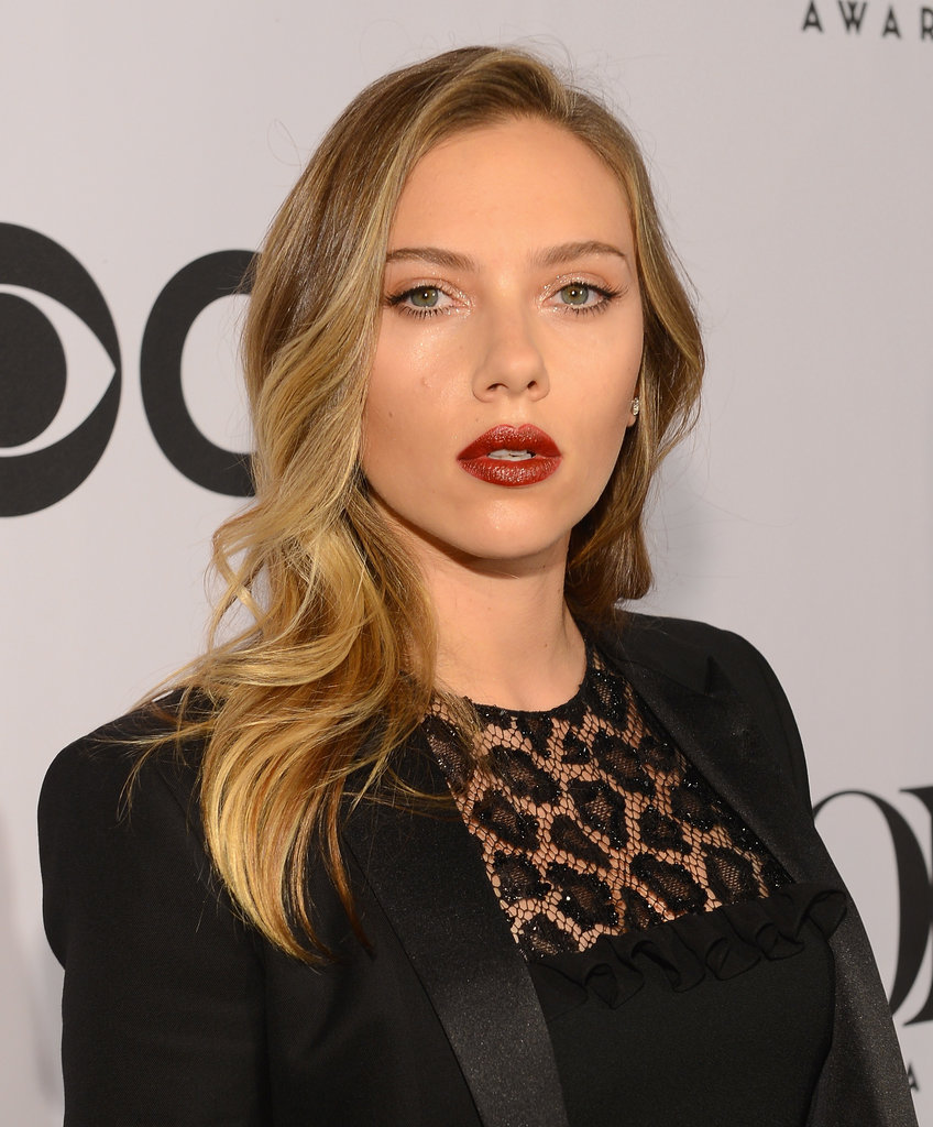 With brushed-out, beachy waves and a moody red lip, Scarlett Johansson went for effortless glamour at the Tony Awards.