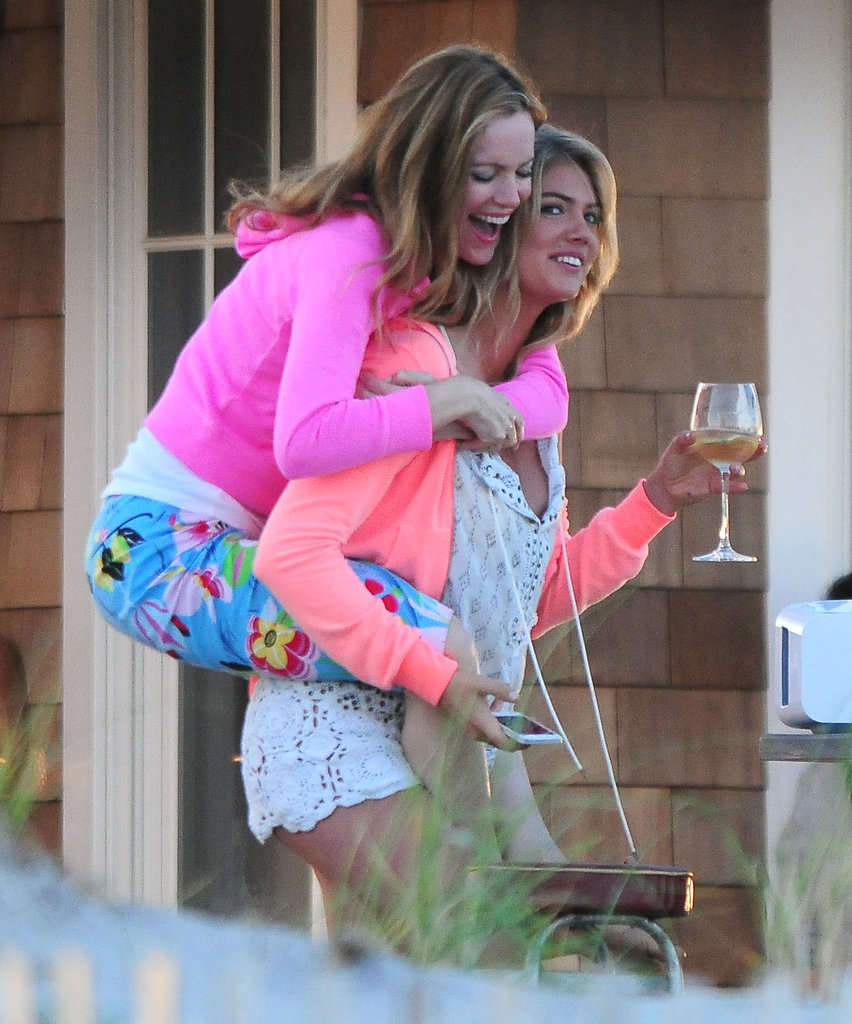 Kate Upton gave Leslie Mann a piggyback ride on the set of The Other Woman on Wednesday.