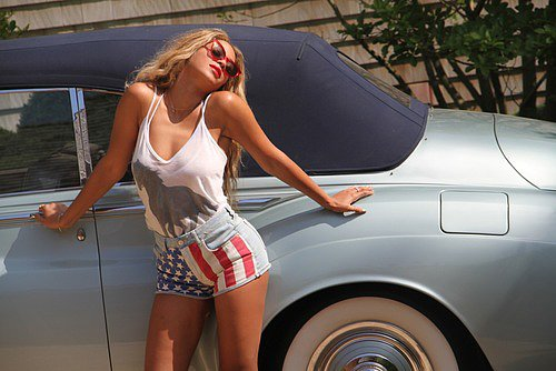 Beyoncé Knowles struck a sexy pose with a vintage car in a patriotic getup. Source: Tumblr user Beyoncé