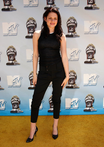 Kristen opted for a more playful style, rocking a black jumpsuit, for the 2008 MTV Movie Awards in Universal City, CA.