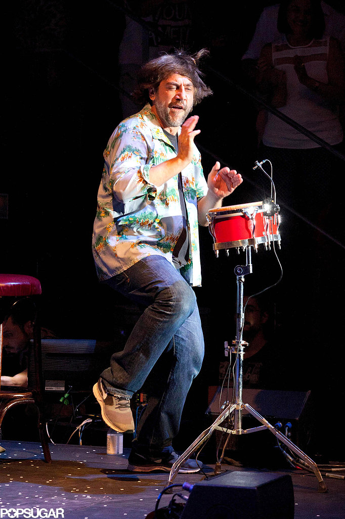 Javier Bardem played bongos on stage at an Asier Etxeandia concert.