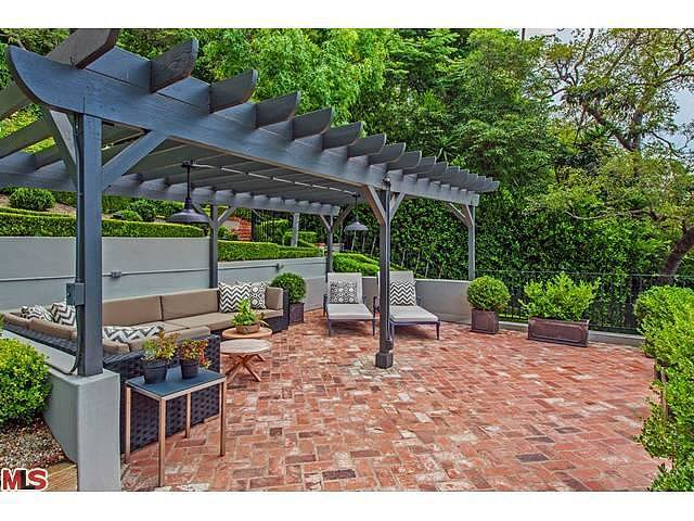 A coat of charcoal paint keeps the wooden trellis in line with the home's contemporary aesthetic.