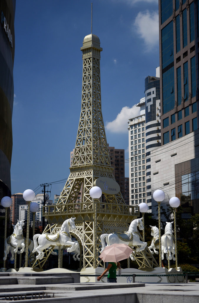 A merry-go-round with an Eiffel Tower replica was set up in Shanghai for the Qixi Festival.