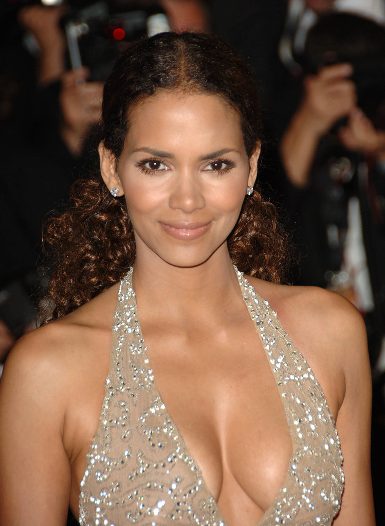 A low, yet larger than life, ponytail and gorgeously bronzed eyes made for an ultra-glam look for Halle at a 2006 red carpet.