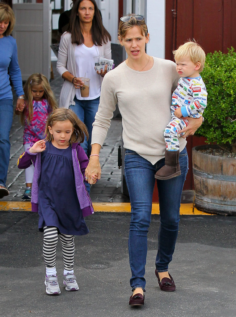 Jennifer Garner and her kids walked to their car.