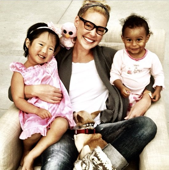 Katherine Heigl snuggled up with Naleigh and Adelaide at bedtime. Source: Instagram user katiemheigl