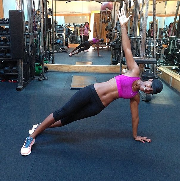 It looks like plank variations are one reason behind Kelly Rowland's tight, toned abs! Source: Instagram user kellyrowland