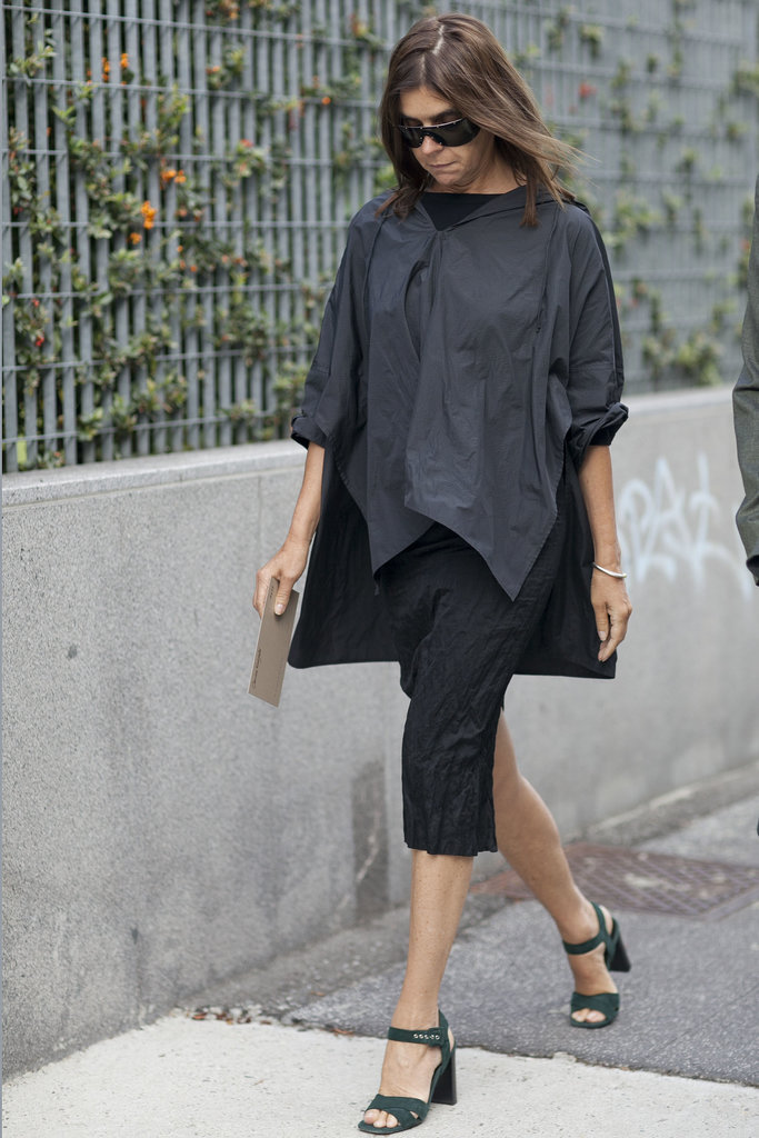A black poncho creates a utilitarian air for Carine Roitfeld's ensemble.