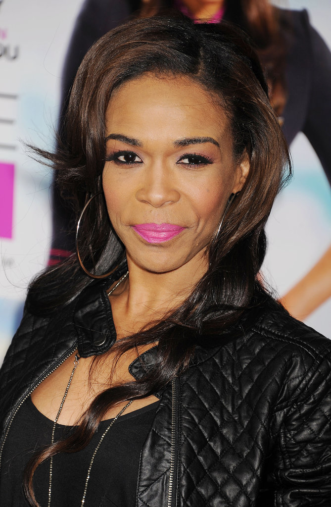 At the Baggage Claim premiere, Michelle Williams showed us how to match our pink lipstick to our eye makeup.