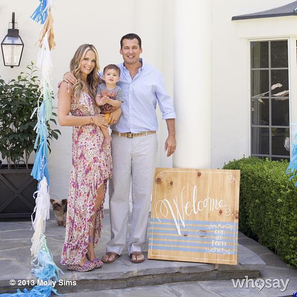 Molly Sims celebrated her website's redesign with a family photo. Source: Instagram user mollybsims