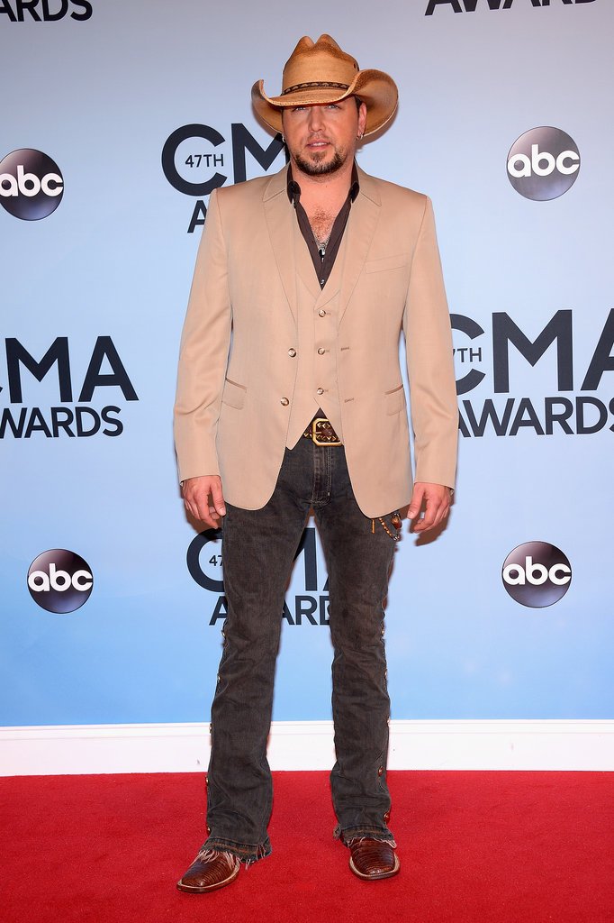 Jason Aldean donned his cowboy hat on the CMAs red carpet.