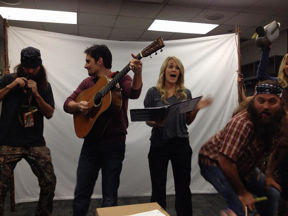 Brad Paisley retweeted a behind-the-scenes picture from his rehearsals with Carrie Underwood and the guys of Duck Dynasty. Source: Twitter user Wildaboutmusic