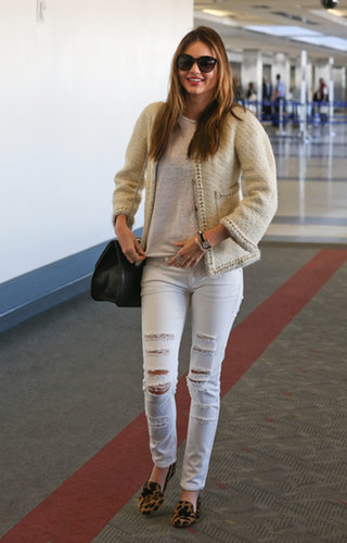 Miranda gave her bouclé jacket the cool-girl treatment when she paired it with some ripped white jeans.