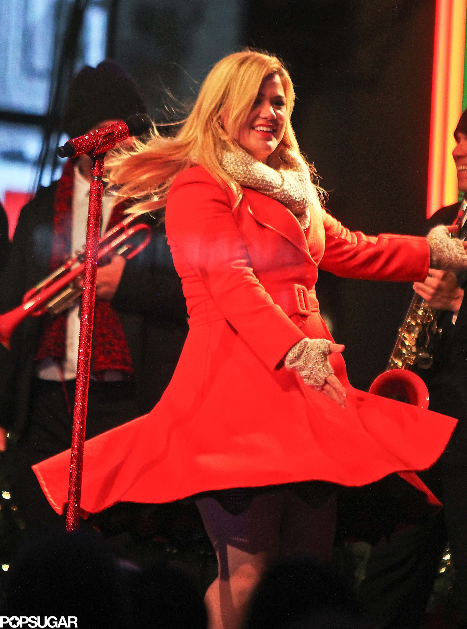 """Kelly Clarkson was truly """"Wrapped in Red"""" with a festive red coat during her Rockefeller Center tree lighting taping."""