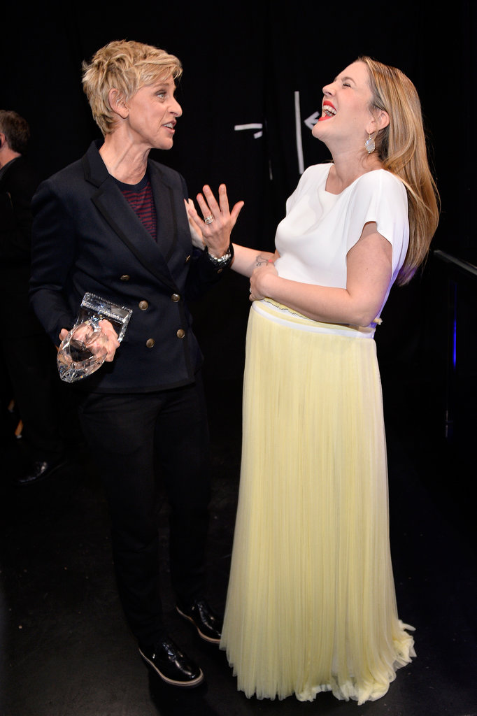 Something seriously cracked Drew Barrymore up while she was talking to Ellen DeGeneres backstage at the People's Choice Awards.