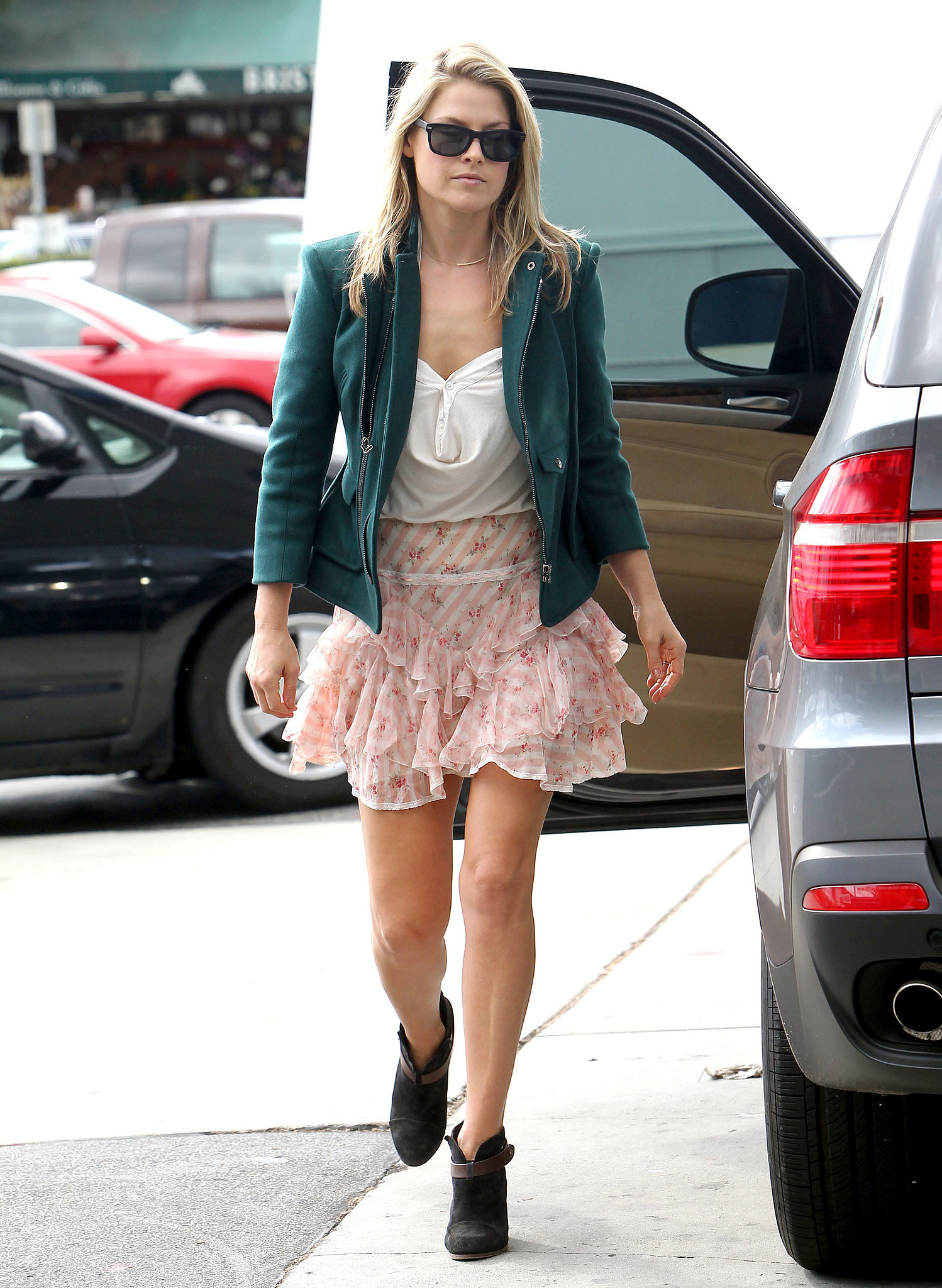We love how Ali Larter roughed up her frilly floral skirt with rugged Rag & Bone ankle boots and a thick jacket in
