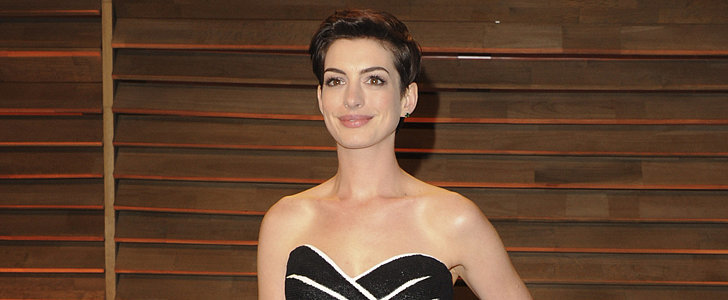 Anne Hathaway Can Photobomb People Too!
