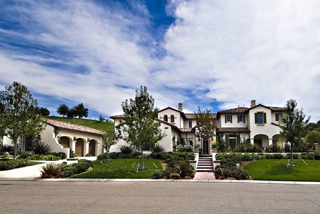 Anything but small, this Calabasas home has all the qualities of a luxury mansion.  Source: Trulia