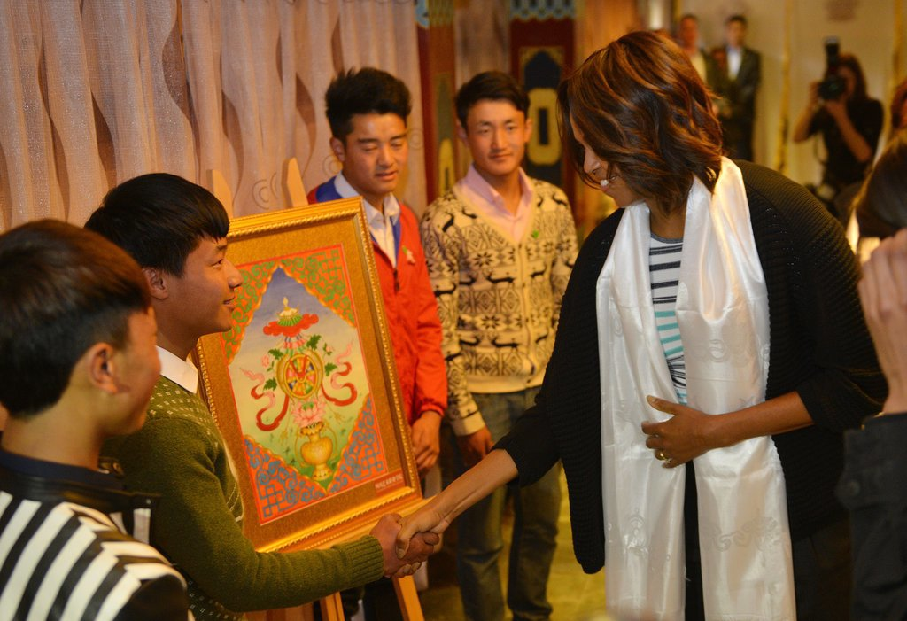 Michelle Obama shook hands with students while visiting Chengdu.