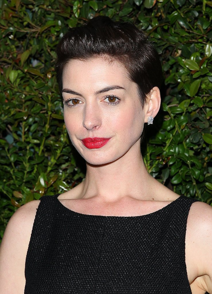 Anne Hathaway Schools the Twitter-verse on Short Hairstyling