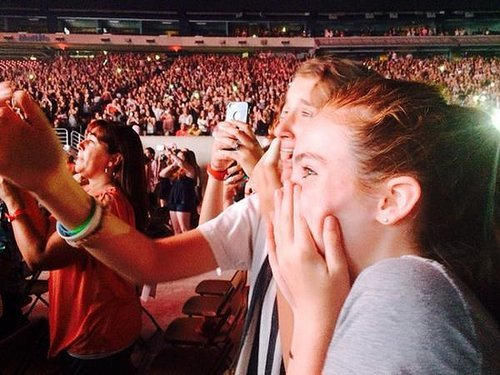 Julianne Moore took her daughter, Liv Freundlich, to the One Direction concert in NYC — and thanked a fellow mom in the audience for lending her earplugs. Source: Twittter user _juliannemoore