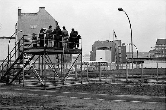 Checkpoint Charlie, 1982 : The famous border crossing Checkpoint Charlie on Friedrichstrasse in downtown Berlin. The border crossing was meant only for foreigners who wished to travel from East to West Berlin or vice versa.