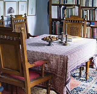 Casa Quickie: Use a Tapestry For a Tablecloth