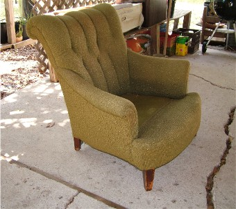 Su Casa member Michelann found this tufted armchair on the side of the road. Its basic structure was intact so all she had to do was have it reupholstered and have the legs refinished.