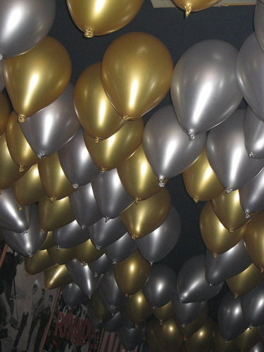 Easy Last Minute Party Decor: Balloon Ceiling