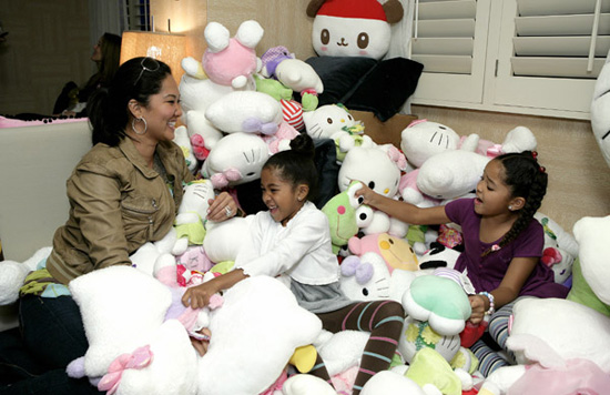 Kimora Lee Simmons and her daughters played in the Hello Kitty stuffed animals.