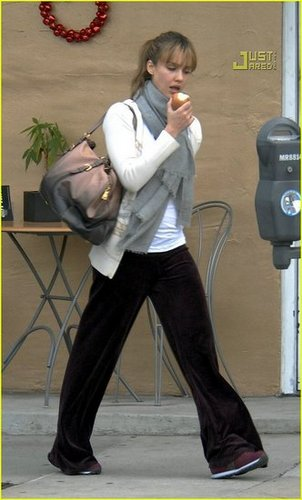 Jessica Alba shopping for groceries