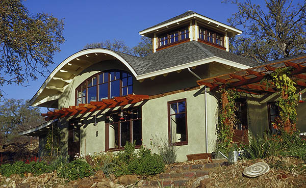 This  house was the first strawbale home in California to use all earth and lime plasters, both on the exterior and interior of the home.