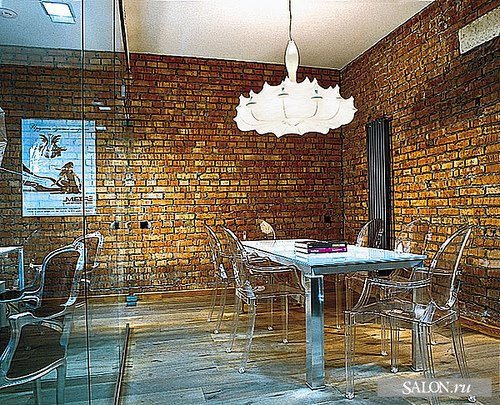 Again, a set of Louis Ghost chairs against an exposed brick backdrop keeps things looking streamlined and modern. Source
