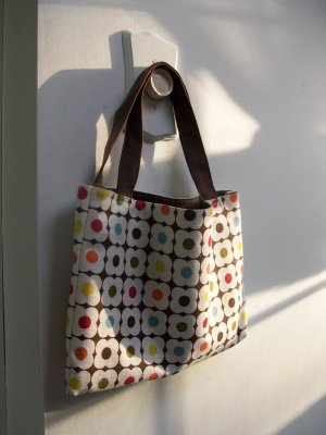 MaxxSilly transforms an Orla Kiely place mat into a tote.
