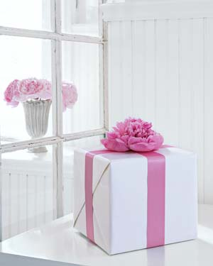 Real Simple shares some inspired gift wrapping ideas.