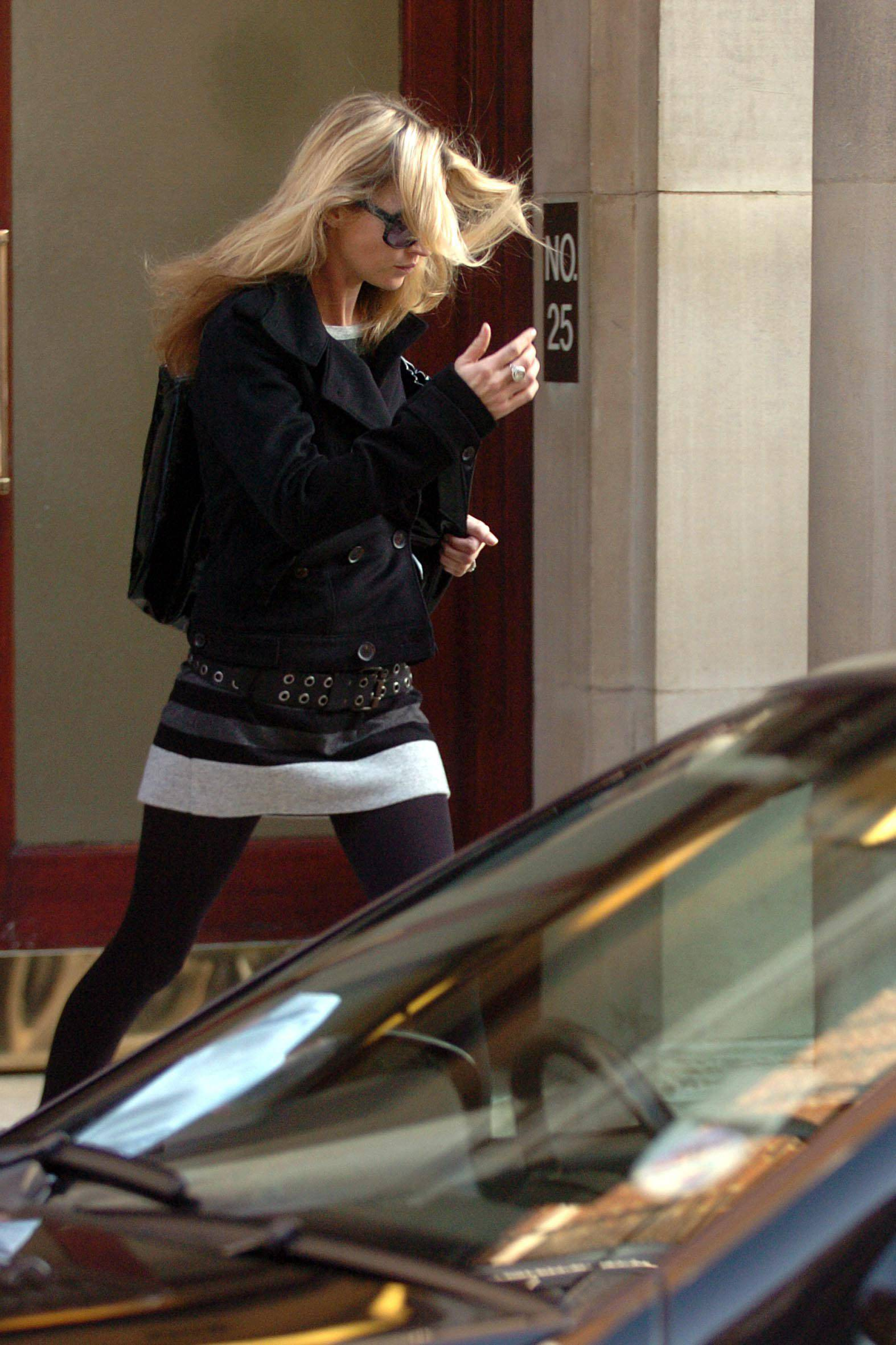 Kate_Moss_candid_shopping_Bond_Street_London_10-24-2006_07