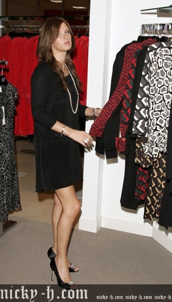 Nicky_Hilton_Visits_Saks_Fifth_Avenue_s_Key_to_the_Cure_Benefit_027